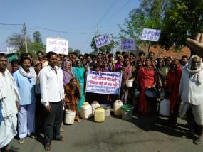 नहीं है पीने का पानी, चुनाव का बहिष्कार की चेतावनी, पिपरिया राजगुरू में ग्रामीणों ने किया विरोध प्रदर्शन