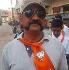 भगवा स्कार्फ पहनकर अभिनंदन कर रहे भाजपा का प्रचार! क्या है वायरल फोटो की सच्चाई
