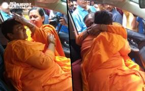 उमा भारती से मिलकर रोईं साध्वी प्रज्ञा, उमा ने बताया महान संत