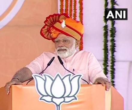 मोदी ने कहा- कुपोषित बच्चों के लिए भेजे पैसों से चुनाव लड़ रही कांग्रेस, शिवाजी का जिक्र कर पवार पर वार