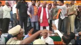 टिकट कटने से नाराज भाजपा नेता और कार्यकर्ताओं के बीच जमकर चले लात-घूंसे, वीडियो वायरल