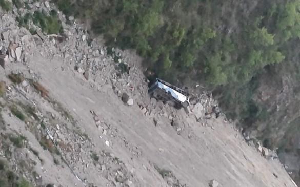 हिमाचल प्रदेश : खाई में गिरी बस, अब तक 12 लोगों की मौत
