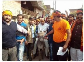 No Fake News: उत्तरप्रदेश में हिंदू युवा वाहिनी ने पादरी को गधे पर बैठाया