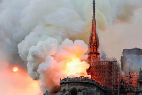 पेरिस के मध्ययुगीन नोट्रे डेम कैथेड्रल में लगी भीषण आग, ढह गया गिरजाघर का शिखर