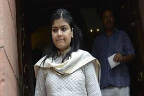 अवैध होर्डिंग मामले में सांसद पूनम महाजन और मुंबई भाजपा अध्यक्ष शेलार से जवाब तलब