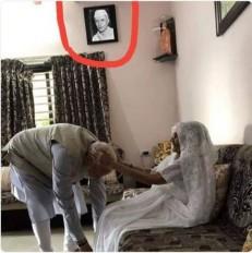 No Fake News: प्रधानमंत्री नरेंद्र मोदी की मां घर में लगी जवाहरलाल नेहरू की तस्वीर?