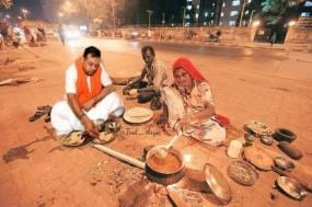 No Fake News: क्या संबित पात्रा ने गरीबों के साथ फुटपाथ पर बैठकर खाना खाया?