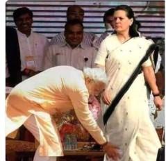 No Fake News : प्रधानमंत्री नरेंद्र मोदी ने छूए सोनिया गांधी के पैर