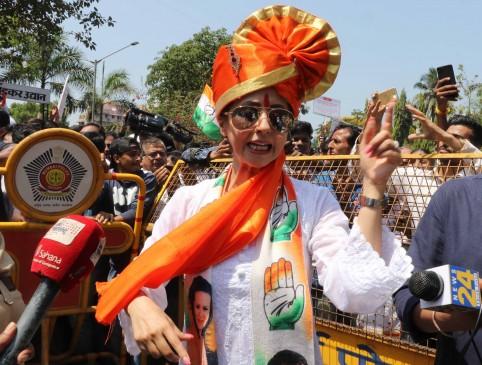 केसरी बांध चुनावी रण में उतरीं एक्ट्रेस उर्मिला, कांग्रेस से भरा पर्चा