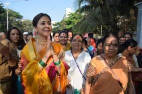गुडी पड़वा: उर्मिला ने खुद ढोल बजाकर किया डांस, महाराष्ट्रीयन लुक में लग रही थीं खूबसूरत