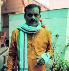खजुराहो से बीजेपी प्रत्याशी वीडी शर्मा का वाहन पलटा, हाथ में लगी चोट
