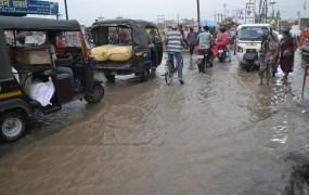 बिना बरसात सड़क पर आ गई बाढ़, पाइप लाइन फूटी