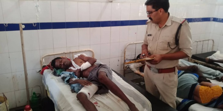 तेंदूपत्ता तोड़ने गए बुजुर्ग पर भालू ने किया हमला, गंभीर हालत में अस्पताल में भर्ती