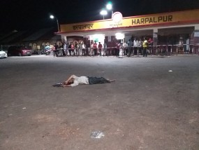 रेलवे स्टेशन के बाहर सौ रहे युवक को बस ने कुचला, मौत