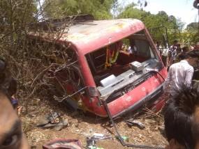 तेज रफ्तार बस पलटी - 15 यात्री घायल , बिछुआ अस्पताल में चल रहा इलाज