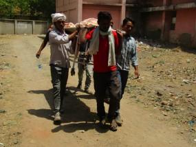 शव वाहन न मिलने पर कंधों पर ढोकर ले गए शव, ग्रामीणों ने किया हंगामा