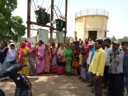 महिलाओं ने इंटकवेल में जड़ दिया ताला, दूसरे गांवों को दे रहे इस योजना से पानी