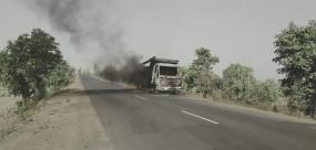 आग का गोला बन गया सड़क पर दौड़ता ट्रक, ड्रायवर ने कूदकर जान बचाई