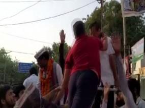 केजरीवाल को फिर पड़ा तमाचा, दिल्ली में रोड शो के दौरान युवक ने किया हमला