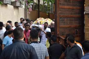 अजय देवगन ने किया पिता का अंतिम संस्कार, कई बॉलीवुड हस्तियां हुई शामिल