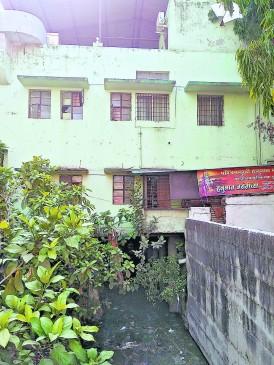 नाले में पिलर डालकर खड़ी कर दी बिल्डिंग , मनपा ने भेजा नोटिस