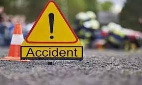 दो कारों की आमने-सामने भिड़ंत, दो मासूमों सहित महिला घायल