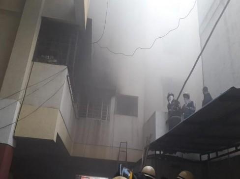 धुएं का गुबार : इमारत में लगी आग, लोगों का घुटने लगा दम, दमकलकर्मियों ने सभी को सुरक्षित बाहर निकाला