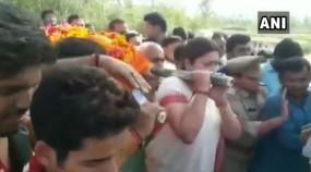 अमेठी के BJP कार्यकर्ता के शव को स्मृति ने दिया कंधा, घर में घुसकर बदमाशों ने मारी थी गोली