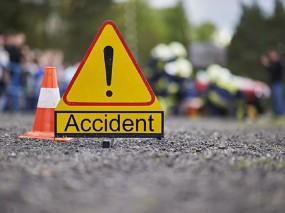 ट्रक और सवारी गाड़ी में टक्कर से चालक की मौत, 14 घायल, अस्थी विसर्जन करने जबलपुर आ रहे थे लोग