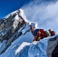 एवरेस्ट पर सेल्फी लेने की मची होड़, दुनिया की सबसे ऊंची चोटी को बना दिया चिड़ियाघर