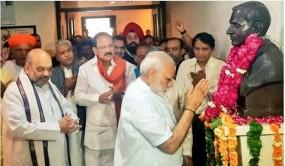 Fake News: क्या पीएम मोदी ने नाथूराम गोडसे की मूर्ति पर माल्यार्पण किया ?