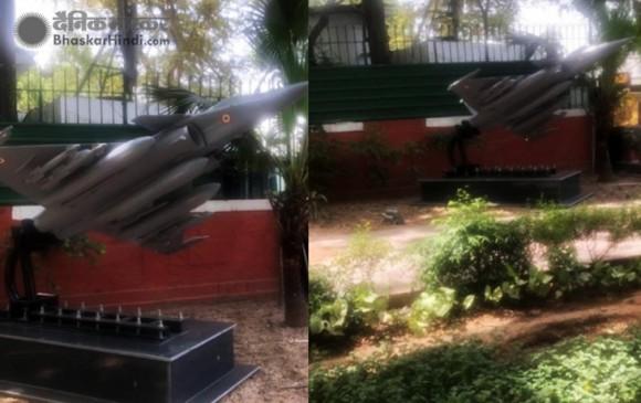 वायुसेना प्रमुख धनोआ के घर के सामने लगी राफेल की रेप्लिका, कांग्रेस कार्यालय की तरफ मुंह