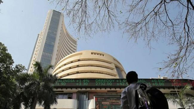शेयर बाजार गिरावट के साथ बंद, सेंसेक्स 80.30 और 18.50 अंक लुढ़का