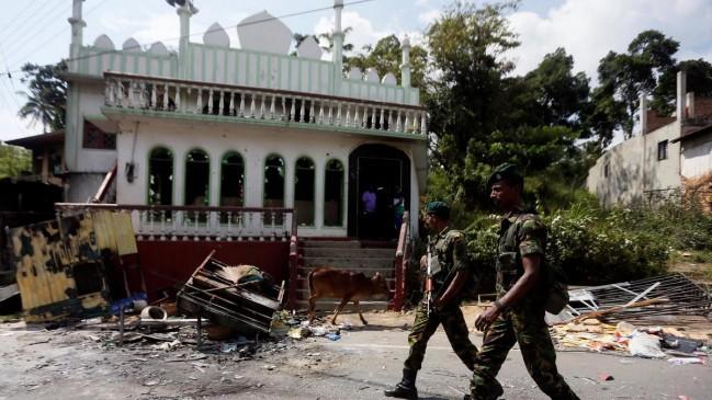 श्रीलंका में भड़की हिंसा- मस्जिदों पर हमले, कर्फ्यू के बाद सोशल मीडिया पर बैन