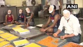 मुंबई : बीजेपी ने दिया 2000 किलो स्वीट्स का ऑर्डर, मोदी मास्क पहनकर तैयार हो रहे लड्डू