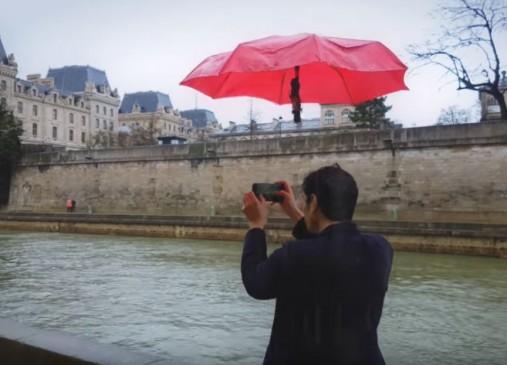 बारिश में बिना पकड़े आपके साथ चलता है ये छाता, देखें वीडियो