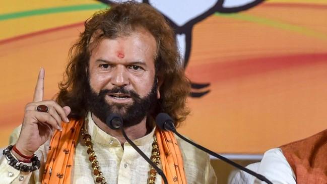 चुनाव प्रचार करने पहुंचे हंसराज हंस, ग्रामीणों ने थमा दिए 5 लाख रुपए