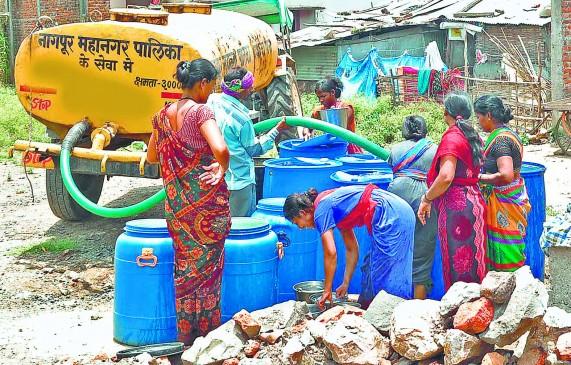 जलसंकट से बिगड़े हालात, पार्षद के घर का किया घेराव
