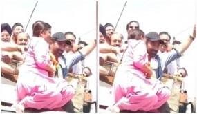 महिला ने किया रोड शो के दौरान सनी देओल को किस, देखें वीडियो
