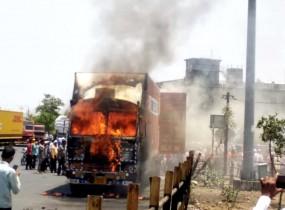 नागपुर से माल लेकर निकला था ट्रक , अचानक धू-धू जल उठा