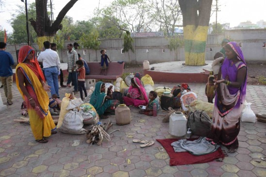 उमरिया से लाए मजदूर, पैसा मांगा तो भगा दिया, भूखे प्यासे कलेक्ट्रेट में भटकते रहे