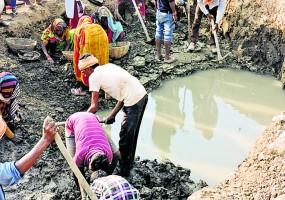 प्रशासन ने नहीं सुनी तो आदिवासियों ने 3 दिन में सूखे तालाब से निकाल लिया पानी