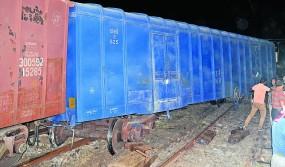 मालगाड़ी की एक बोगी पटरी से उतरी,दो घंटे तक रूका रहा रेल यातायात