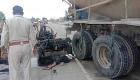 ट्रक की टक्कर के बाद बल्कर के डीजल टैंक से भिड़े ऑटो के परखच्चे उड़े, बालिका समेत 3 की मौत