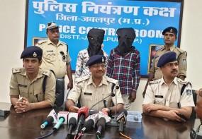 सब इंस्पेक्टर पर चाकूओं से हमला, 2 युवक और एक किशोर गिरफ्तार