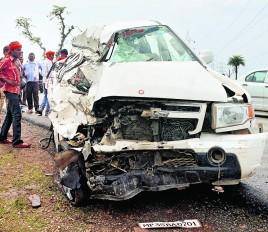 बस से टकराने के बाद मिनी ट्रक से भिड़ी टवेरा, मां-बेटे की मौत, कई घायल