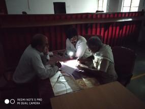 मोबाइल की रोशनी में होते है दफ्तर के काम - कलेक्ट्रेट की बदहाल व्यवस्था