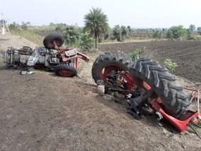 अजीब दुर्घटना : ट्रैक्टर हुआ तीन टुकड़े ,कोई घायल नहीं , टक्कर मारने वाला वाहन सहित फरार