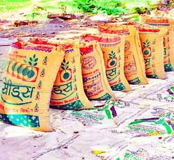 बोगस बीज व खाद बेचने वालों की शामत, कृषि केन्द्रों पर छापा मारकर जब्त किया माल