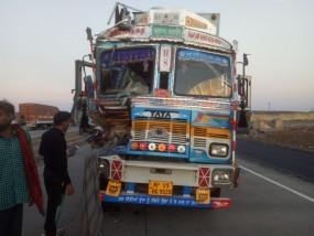 राह किनारे खड़े लोगों को तेज रफ्तार ट्रक ने उड़ाया 3 की मौत, 2 गंभीर